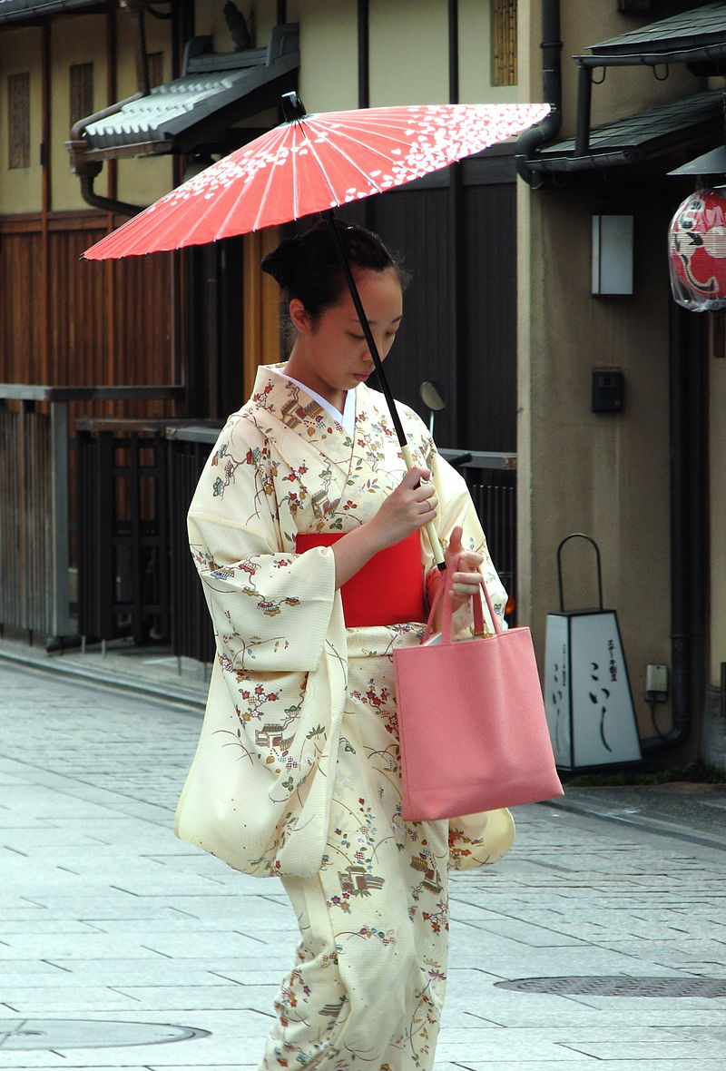 800px-Kimono_lady_at_Gion,_Kyoto