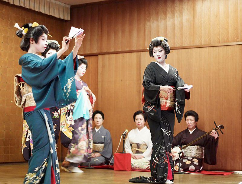 800px-Niigata_geisha_dancing2